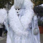 Weibliche Machtstrategien im Beruf: Wie du freundlich-gefährlichen Eisköniginnen konterst